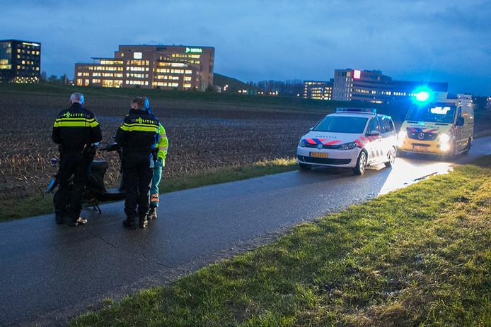 Een vrouw is gewond geraakt aan haar gezicht bij een val met een snorscooter in Arnhem.