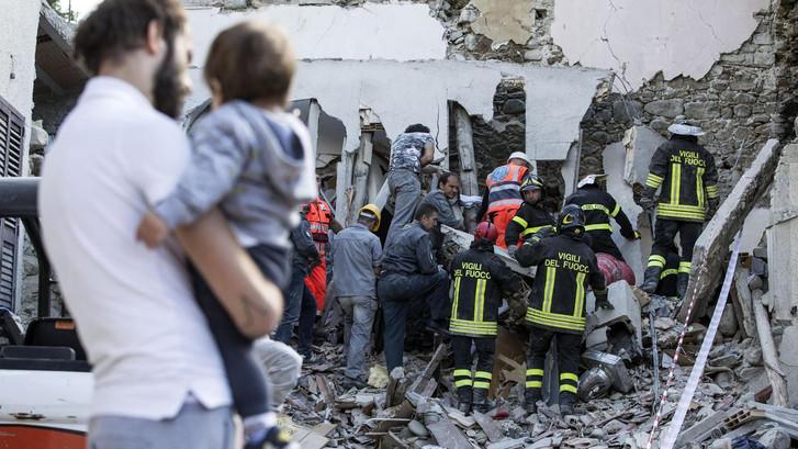 LIVE: Zeker 63 doden en ruim 100 vermisten na aardbeving