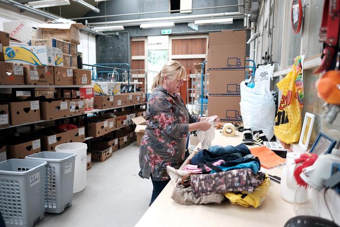 Vrijwilligster Lida Kettelerij in het magazijn.