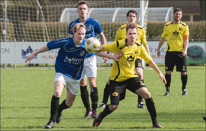 SSS'18-middenvelder Frits Lucassen in duel met zijn tegenstander van Meerssen. SSS'ers Koen Voesten (15) en Wout Janssen (3) kijken toe.