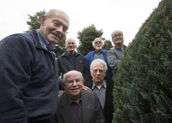 De rebellerende senioren. Boven: boven: Gert Nas, Tonnie Schiphorst, Harry Bod en Theo Rosendaal. Onder: Jo Stienissen en Gerrit Bosch.