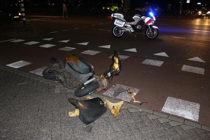 De scooter is door het ongeluk flink beschadigd.