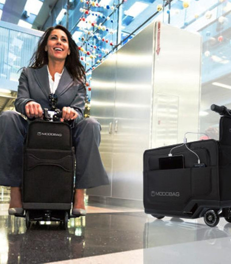 Gemotoriseerde koffer rijdt je op vliegveld van gate naar gate