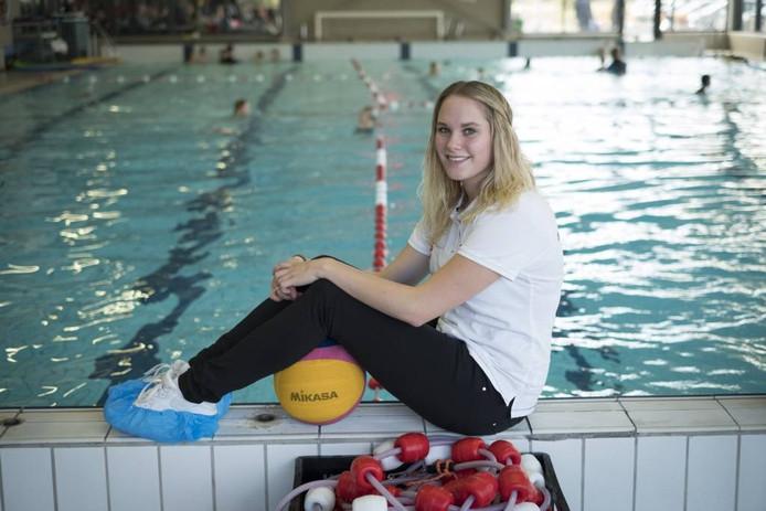 Celine Rutten op de rand van het zwembad. foto Erik van 't Hullenaar