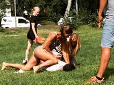 Zweedse agente in bikini haalt dief neer