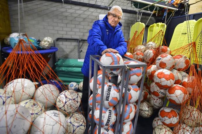 Cor Kersjes (84) zorgt ervoor dat de ballen altijd in orde zijn.