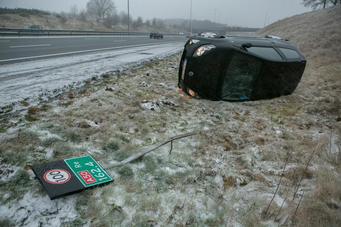 Auto over de kop op de A50.