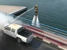 Vliegende brandweerman op jetpack blust brandende auto in Dubai