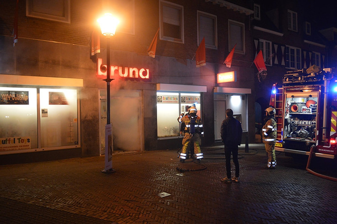 Na de kraak kwam er veel rook uit de winkel. De brandweer heeft het pand geventileerd.