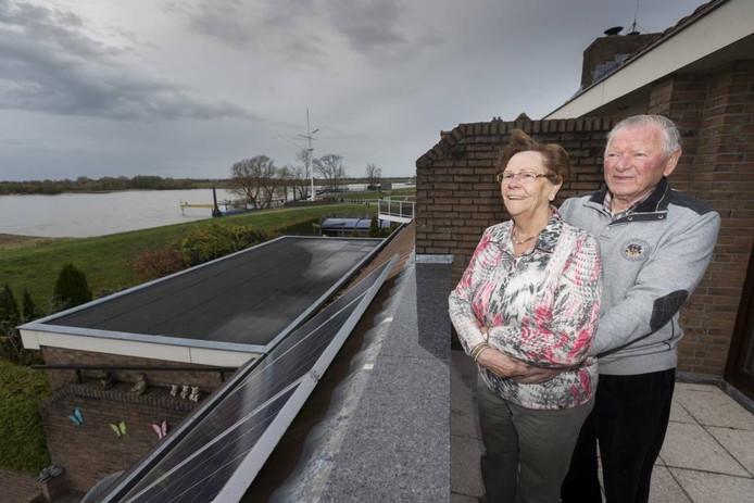 Alie en Henk genieten in Tuindorp van het uitzicht op de Rijn.