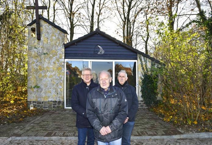 Willem Rasing (links) van de Historische Kring met Anton Janssen en Willie Janssen van de Banneux Groep bij de kapel. Zij zeiden vorige week 'onthutst' te zijn over de sloopplannen.