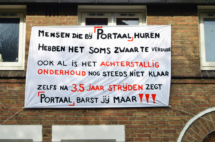 Het spandoek dat Gerrit van der Zouwen ophing aan zijn gevel.