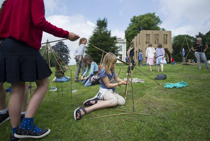 Kinderen maken bamboekunst voor Sonsbeek '16.