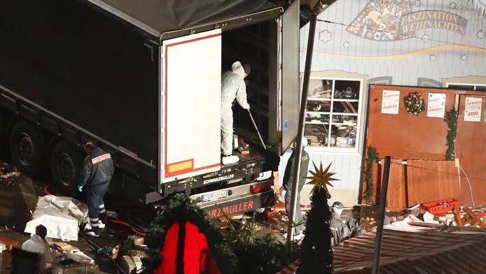 De politie doet onderzoek op de rampplek.