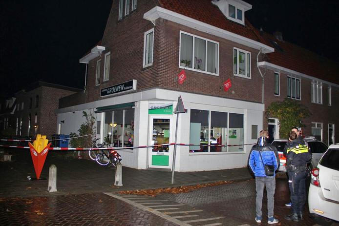 Politie bij de overvallen cafetaria in Nijmegen.