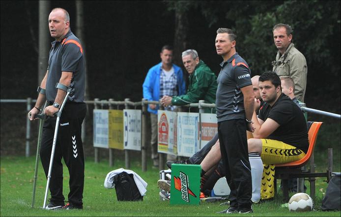 Vitesse'08-trainer Joop van den Ing kijkt, steunend op zijn krukken, naar zijn elftal.