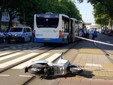 Vrouw op scooter aangereden door bus