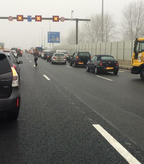 Dode en gewonde door omvallen verkeersportaal op A9