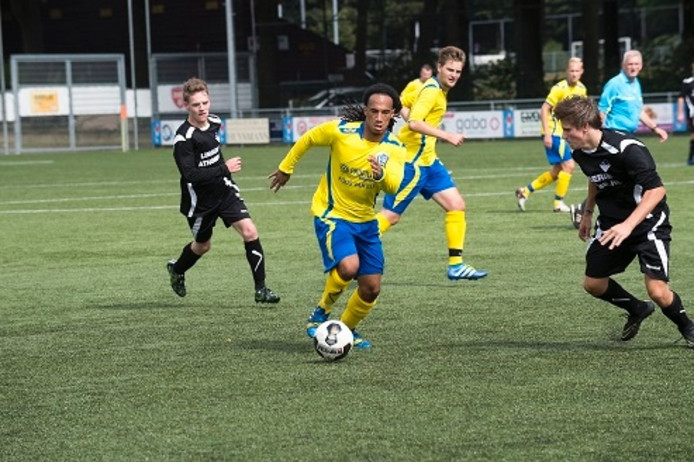 Delano Drakenstein (midden) aan de bal namens SC Veluwezoom.