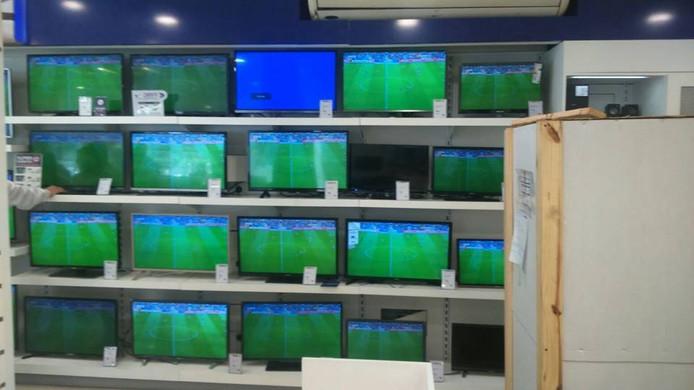 Juan Silvestre kijkt sommige wedstrijden van Vitesse in de elektronicazaak waar hij werkt.