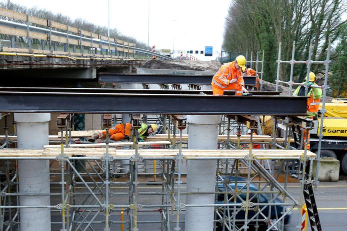 Voorbereiding voor het plaatsen van liggers op het A12-viaduct over de Edeseweg bij Bennekom.