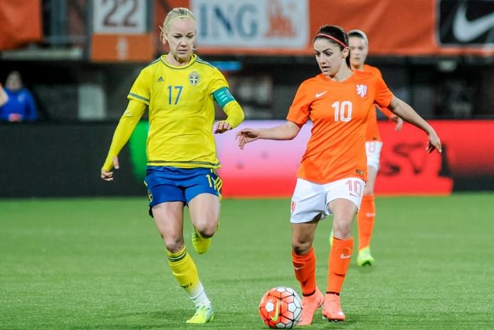 Oranje leeuwin Danielle van de Donk in duel met de Zweedse Caroline Seger.