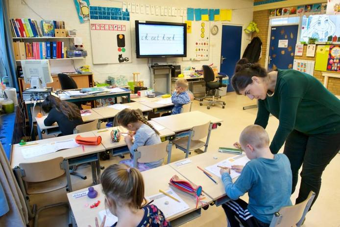 Schrijfles op de John F. Kennedyschool in Arnhem.