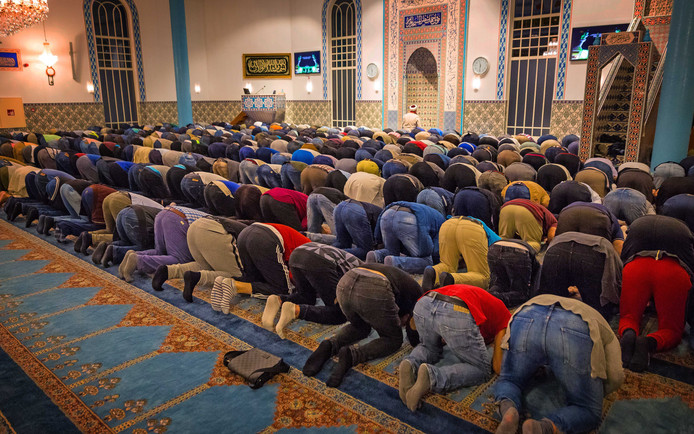 Bezoekers van de Mevlana moskee in Rotterdam.