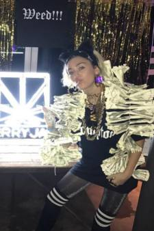 Miley Cyrus viert feest met bar vol wiet