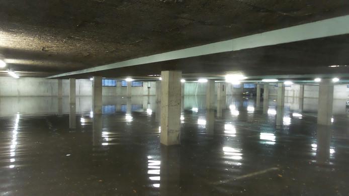 Vrijdagochtend staat de parkeergarage nog steeds vol met water.