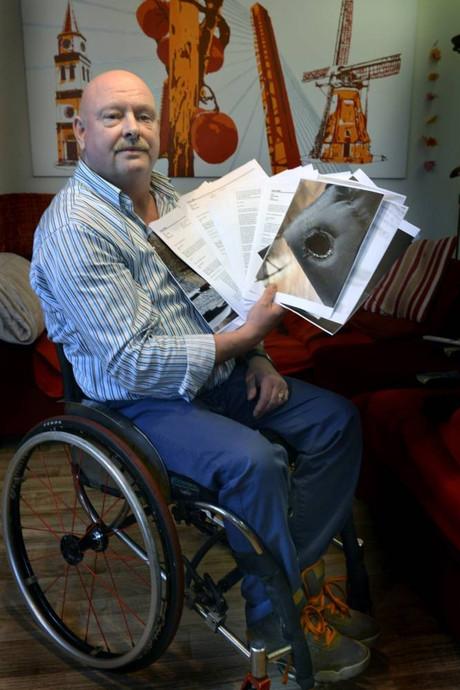 Hans zit vijftien uur per dag in versleten rolstoel