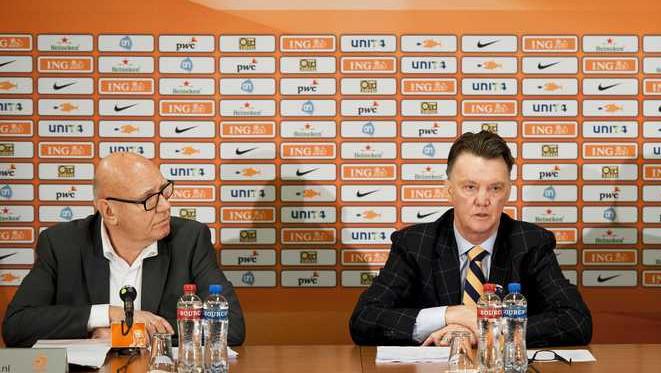 Bondscoach Louis van Gaal en perschef Kees Jansma.