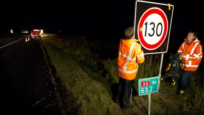 Op de A6 tussen Almere en Lelystad wordt een nieuwe kilometerbord geplaatst door Rijkswaterstaat.
