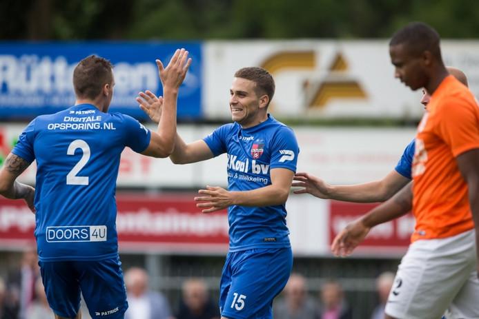 Robert Mutzers van De Treffers(rechts) bedankt Frenk Keukens voor de voorzet na zijn doelpunt tegen TEC.