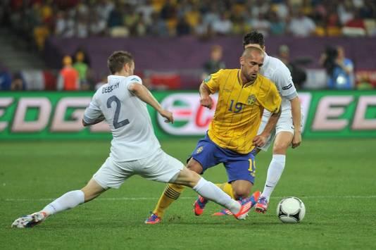 Emir Bajrami (in het gele shirt), namens Zweden in actie tegen Frankrijk. Hier snelt hij voorbij Matthieu Debuchy.