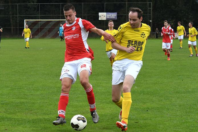 HBV-aanvaller Jeroen Dirks (rechts) in duel met Milan Derksen van Estria.