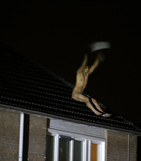Naakte man gooit dakpannen van huis op auto's in Veghel