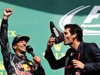 Webber drinkt champagne uit schoen Ricciardo