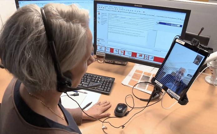 Een verpleegkundige van het Medisch Service Centrum van Sensire legt contact met een copd-patiënt. (Foto Sensire)