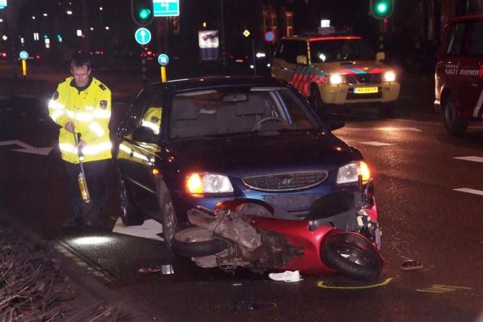 Een politieagent stelt een 1e onderzoek in na het scooterongeval.