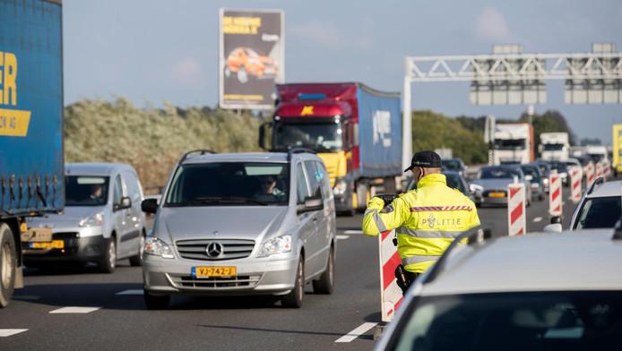 Politie bij een controle op de snelweg