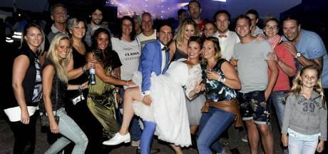 Stel viert trouwfeest op Appelpop