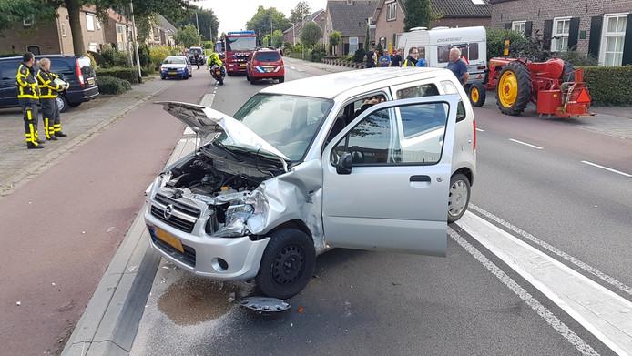 Een auto en een tractor zijn vanmiddag gebotst in Baak.