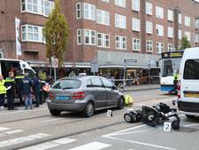 Zwaargewonde bij aanrijding scootmobiel en taxi