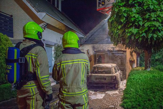 Brandweerlieden bij de brand op de Salthof in Wijchen