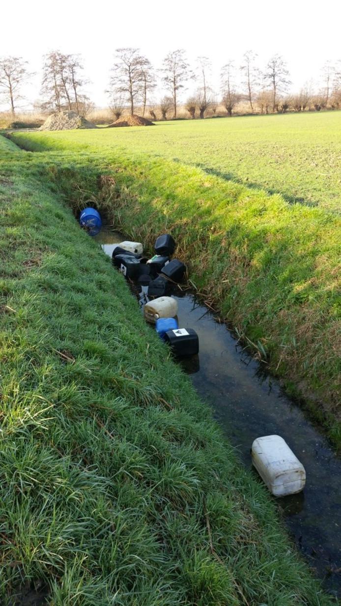 Een deel van de in de sloot gedumpte vaten in Ophemert.