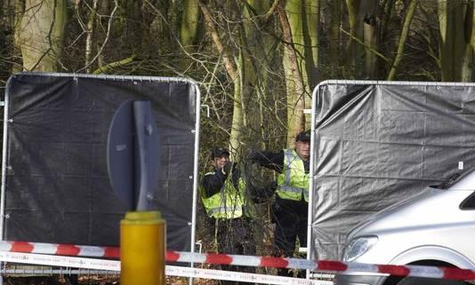 Politie plaatst een afzetting bij het Wassenaarse bos.