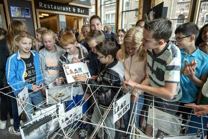 De kinderen bij de expositie in Rozet.