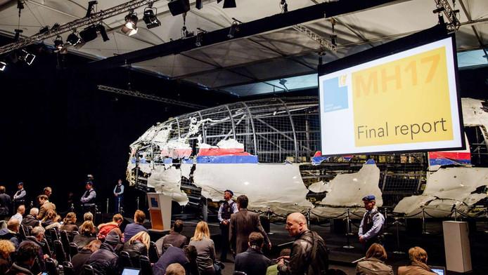 Het wrak van vlucht MH17 tijdens een presentatie op vliegbasis Gilze Rijen