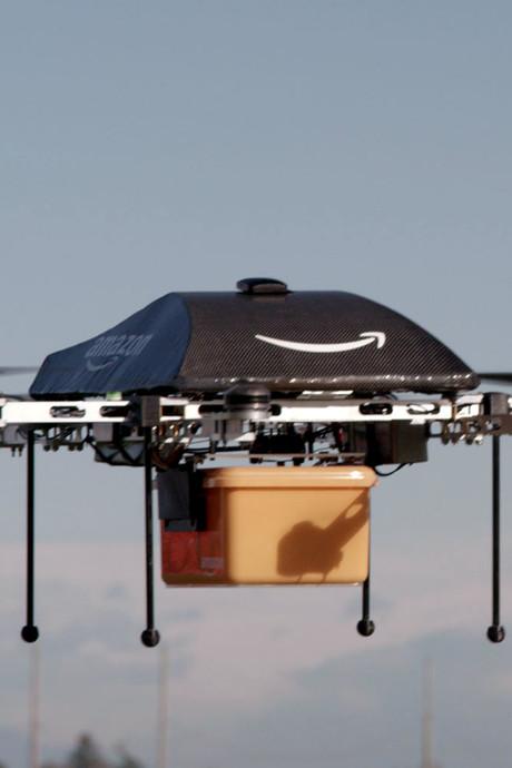 Amazon krijgt patent op vliegend pakhuis met drones